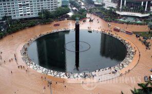 Area Bundaran HI Tidak Luput Terkena Banjir. (C) http://data.tribunnews.com/foto/bank/images/20130117_Bundaran_HI_Terendam_Banjir_9747.jpg
