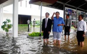 Presiden SBY dan Menteri Luar Negeri Marty Natalegawa sedang melihat kondisi bagian dari Istana Negara yang terkena banjir. (c) http://data.tribunnews.com/foto/bank/images/Banjir-di-Istana-Kepresidenan.jpg