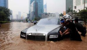 Mobil Mewah Rolls Royce Didorong Sejumlah Warga Karena Mogok di Tengah Jalan. (C)http://media.viva.co.id/thumbs2/2013/01/17/188344_mobil-super-mewah-rolls-royce-terendam-banjir-jakarta_663_382.jpg