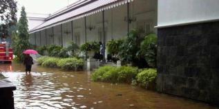 Balai Kota DKI Jakarta yang merupakan kantor dari Pak Jokowi juga ikut terendam. (C) http://assets.kompas.com/data/photo/2013/01/17/1034135-20130117frobalai-kota-pun-terendam-620X310.jpg