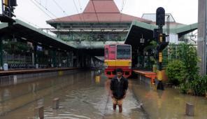 Stasiun Kereta Api Tanah Abang juga tidak dapat beroperasi karena relnya digenangi air. (C) http://media.viva.co.id/thumbs2/2013/01/17/188410_stasiun-tanah-abang-terendam-banjir_663_382.jpg
