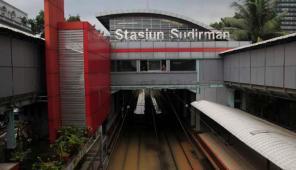Selain Stasiun Tanah Abang, Stasiun Kereta Api Sudirman pun ikut terkena banjir. (C) http://media.viva.co.id/thumbs2/2013/01/17/188389_tanggul-bkb-jebol--rel-kereta-terendam--stasiun-sudirman-terendam_663_382.jpg