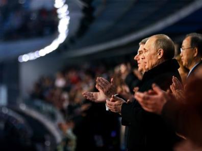 Presiden Rusia – Vladimir Putin (Kanan) Bersama Presiden International Olympic Committee (IOC) – Thomas Bach, Memberikan Aplaus Setelah Lagu Kebangsaan Rusia Selesai Dikumandangkan Pada Pembukaan Olimpiade Musim Dingin Di Sochi, Rusia. (Sumber : http://www.sochi2014.com/en/photos)