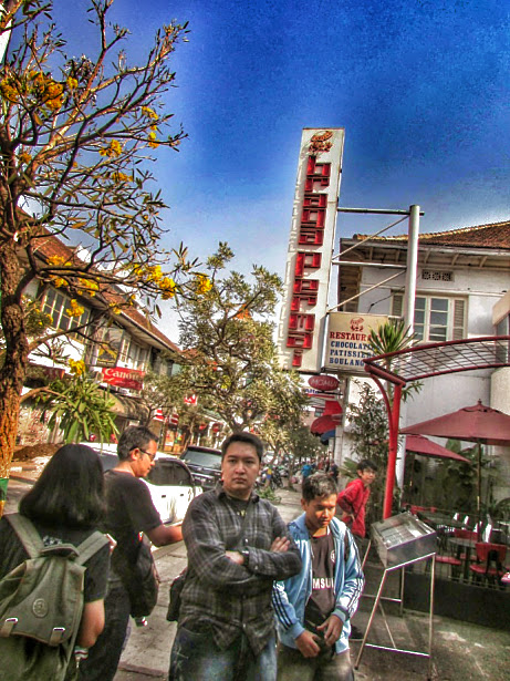 Pegiat Aleut di depan Restoran Braga Permai