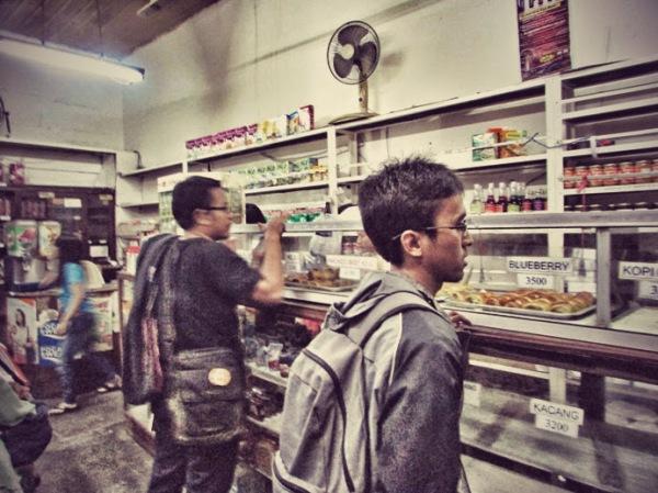 Kang Irfan dan Rizal sedang berbelanja di Toko Sidodadi